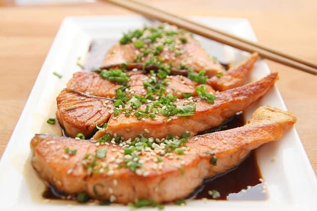 ארוחת דגים במסעדה